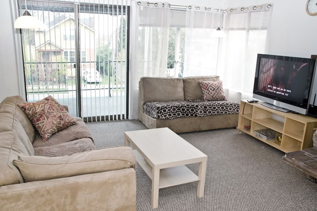 Street view, balcony, comfy sofas, TV and Netflix in the living room