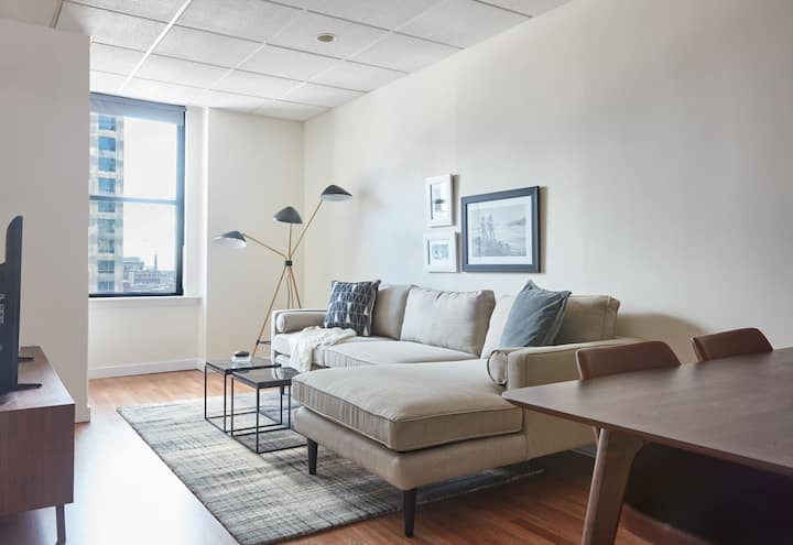 Stunning 1BR in Downtown + 100 WalkScore | Evonify