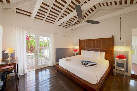 Petite Hillside Cottage on Private Estate w/Pool