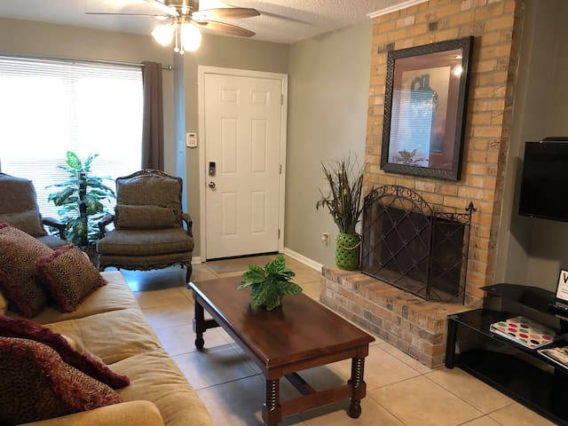 Extra Cozy Baker Retreat near Airport & Southern U