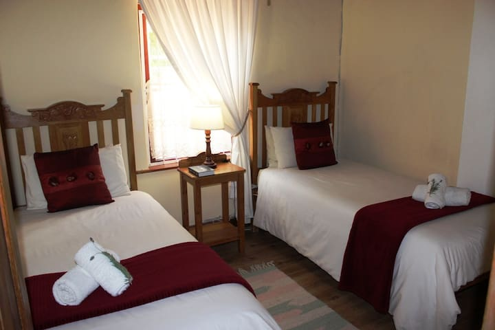 Pophuis Bedroom 2, 2 Single beds