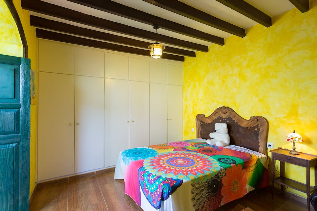 amplio dormitorio  y cómodos placares.- con vistas al patio principal .-
