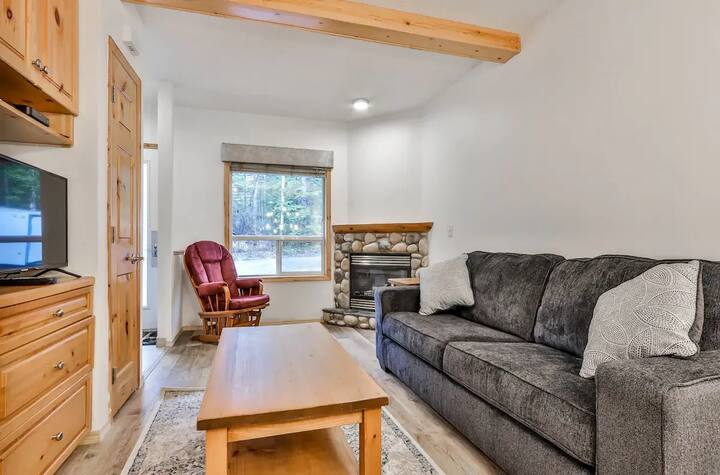 2BR Townhome  | Private Access | 15 min to Banff