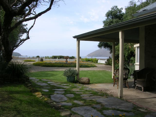 Beachfront heritage stone cottage - Encounter Bay - Bed & Breakfast