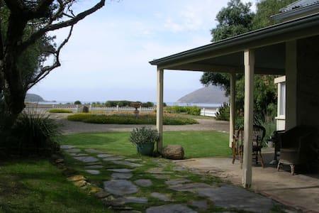 Beachfront heritage stone cottage - Encounter Bay