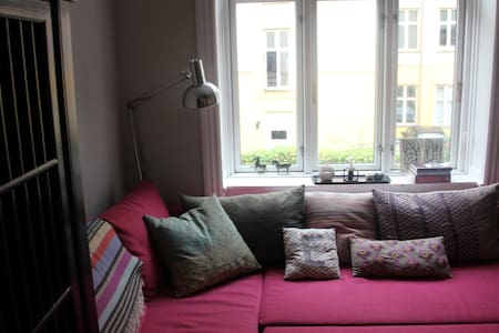 Newly renovated apartment in the heart of Hellerup with cafés, restaurants, shopping at your doorstep. The beach and the marina is only 5 minutes away. The center of Copenhagen is 15 minutes away by train or bus.