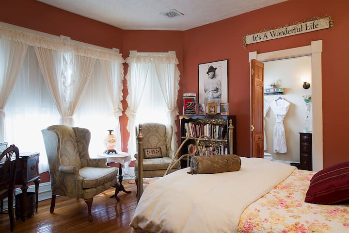 Cozy Accommodations in Historic Inn Welcomes You! - Hampton