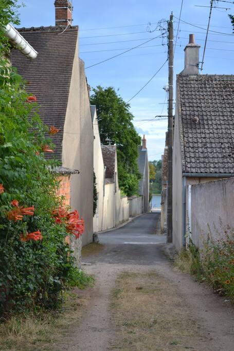 La venelle d'accès avec la Loire en fond