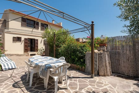 Holiday Home in Quiet Location with Wi-Fi Garden & Terrace; Parking Available