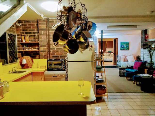 BirdSong - 2 bedroom Home - Quirky, Retro Cave :-)