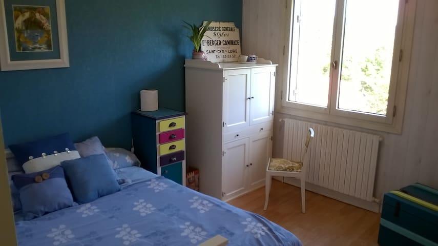 Jolie chambre toute simple, bien au calme :-)
