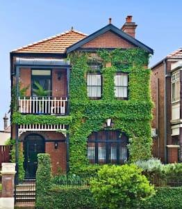 Classic Terrace - inner Sydney. - Stanmore - 独立屋