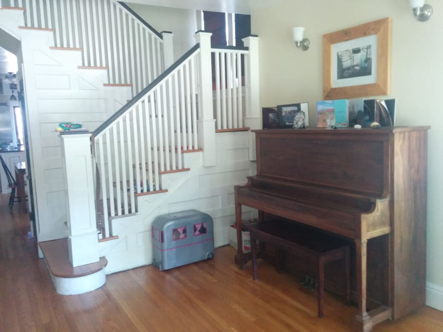 Large foyer with piano
