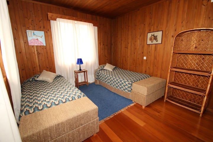 Casa Joana T3: Quarto com duas camas individuais.