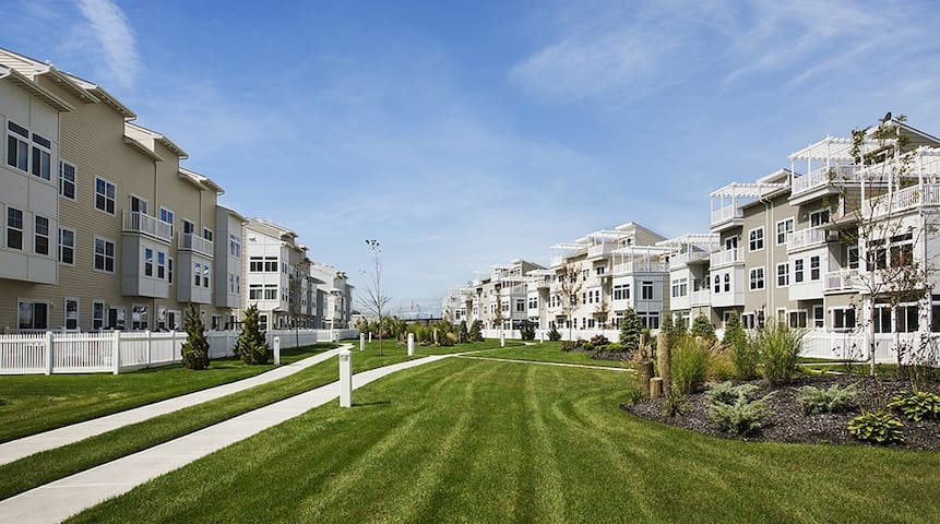 PRIVATE SUITE FOR FOUR @BEACH, JFK - Arverne  - Townhouse