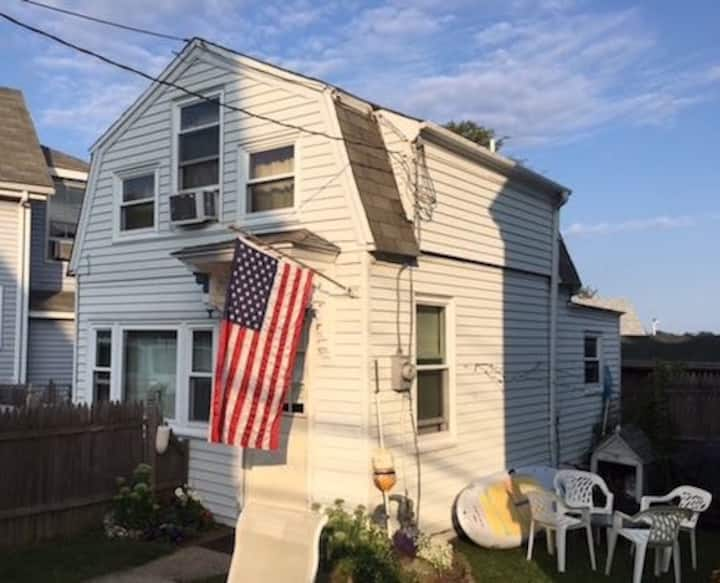 Dog-Friendly Cozy Cottage by the Inner Harbor