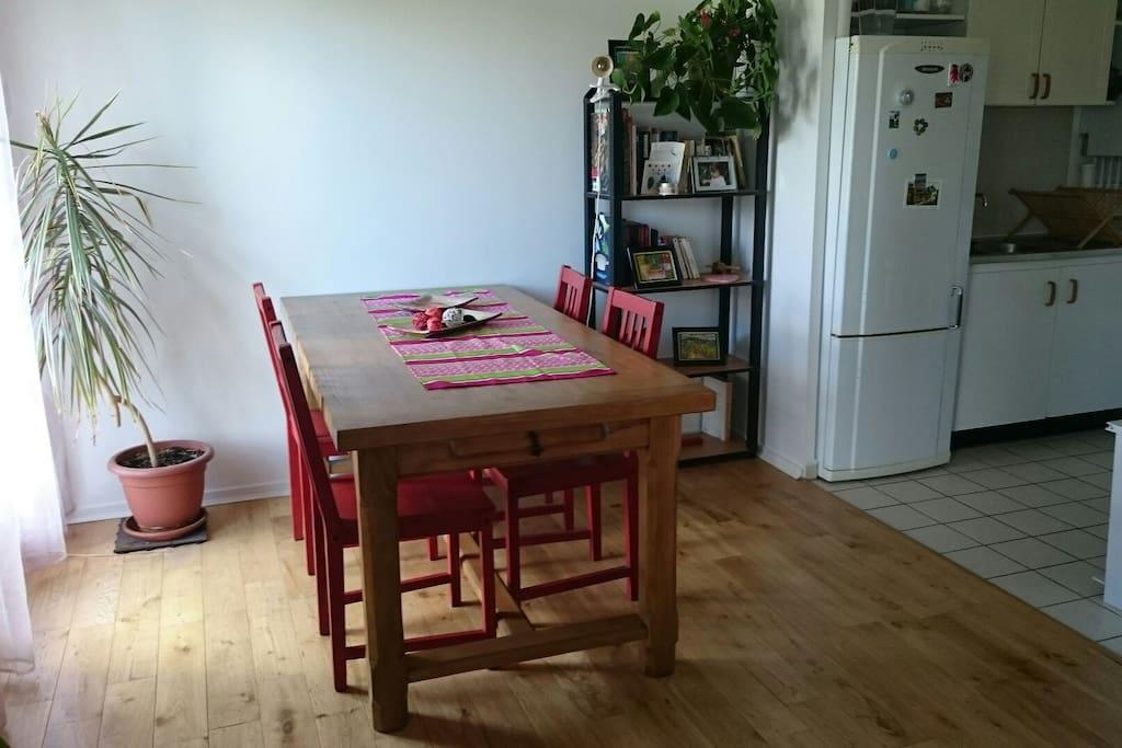 La table à manger et le coin cuisine