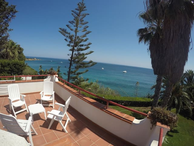 Villa on the sea, big pvt garden - Punta Milocca - Huvila