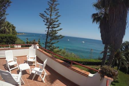 Villa on the sea, big pvt garden - Punta Milocca - 별장/타운하우스