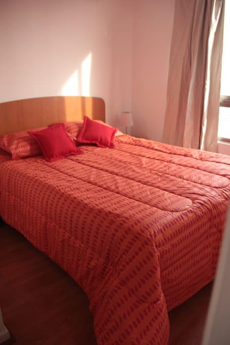 Dormitorio con cama de 2 plazas y TV