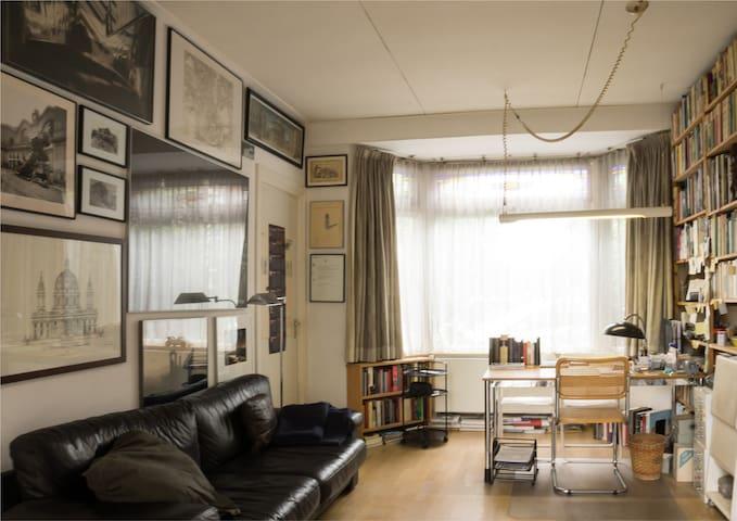 woonkamer/study met werktafel en zitbank