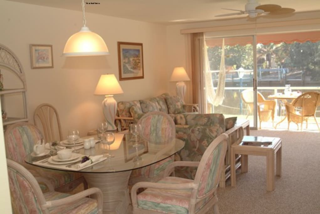 Comfortable spacious living room and dining room w/screened lanai