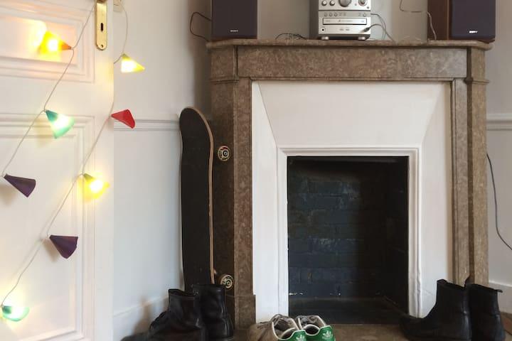 Grande chambre avec cuisine métro Croix de Chavaux