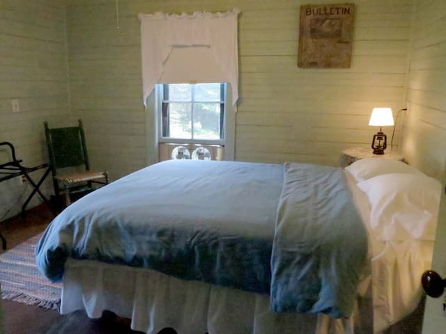 Romp of Otters, Pvt Room, Queen Bed - Brooksville