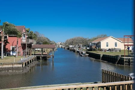 ⛱Canal Front Home⛱Walk to Beach, Porch, Fishing