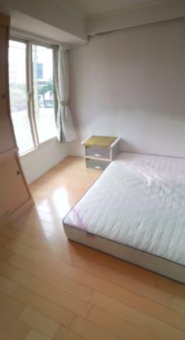落地窗,陽光充足視野佳,自助開房。一人與兩人住宿價錢不同。