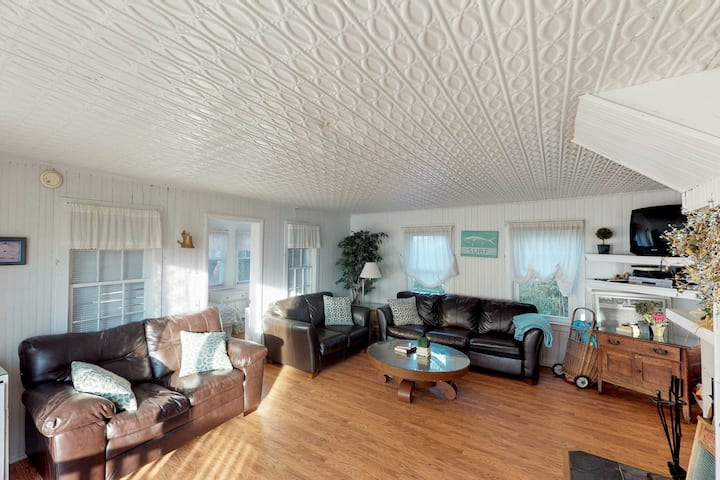 Family-friendly home w/ deck & perfect location - short walk to the beach!