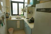 厨房配备基本炊具,餐具,可做简单的食物