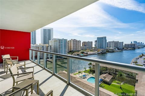 Sleek 1BR Condo w/water views, King Bed, Pool, & Gym (1207A)