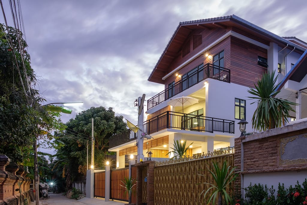 New modern house in chiang mai 39 s old city houses for for Classic house chiang mai