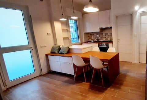 Appartamento incantevole a 100mt dal mare, appena ristrutturato e arredato, con posto auto incluso.