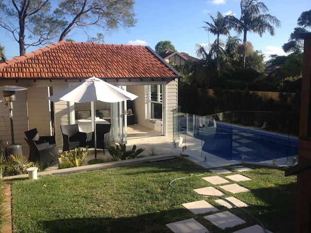 Sun drenched pool side cabana - Willoughby East
