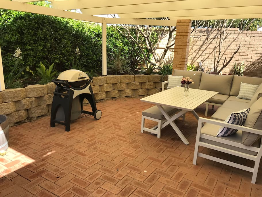 Very private al Fresco with outdoor setting and barbecue