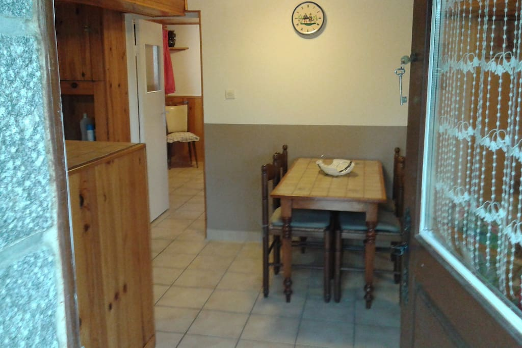 On entre directement par la cuisine. La porte au fond donne sur la chambre. Le salon se trouve à droite.