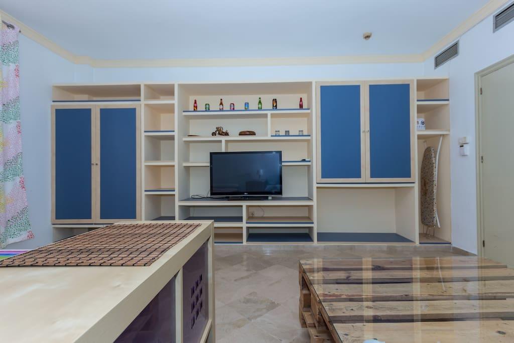 Cuarto/salón/comedor, tv grande aire y calefacción.