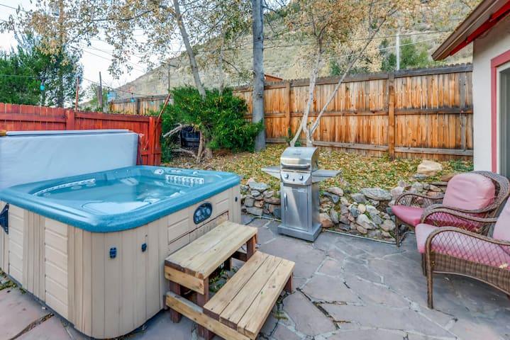 Morrison Cottage with Hot Tub (Dino Den)