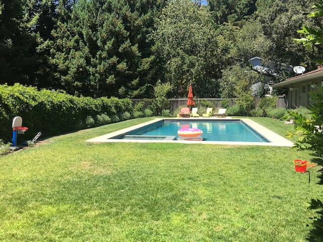 4 bedroom home with a large pool on a private lot - Kentfield - Appartement