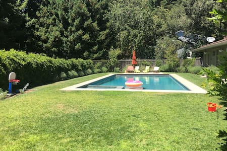 4 bedroom home with a large pool on a private lot - 肯特菲尔德(Kentfield)