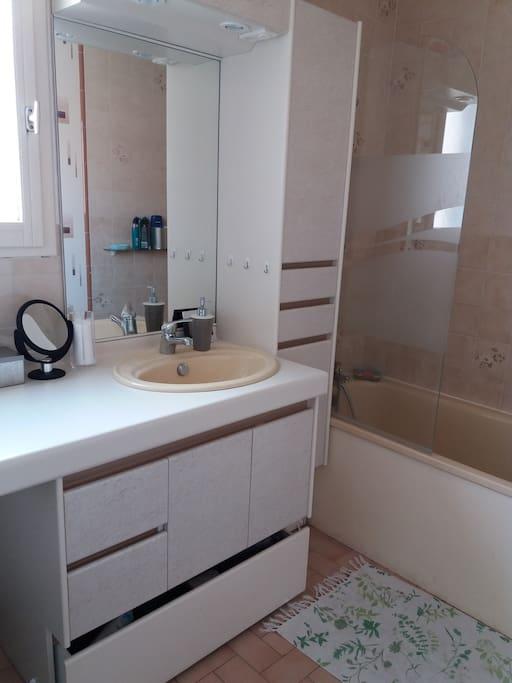 Salle de bain du premier étage avec baignoire