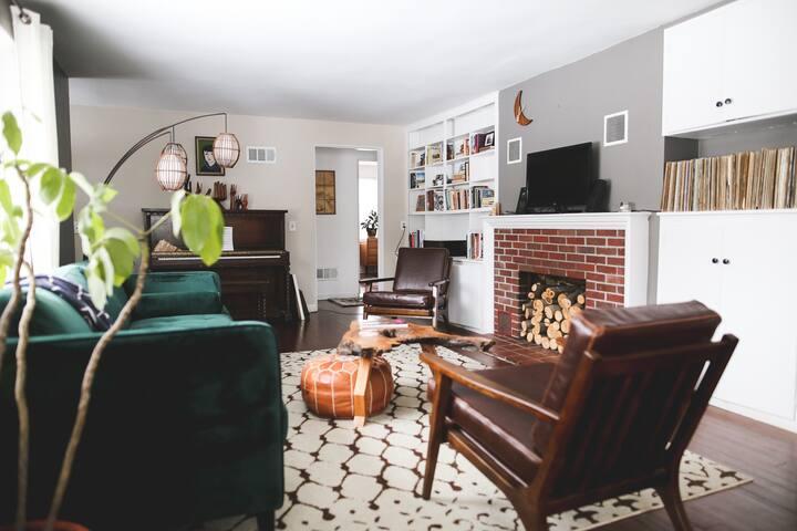 Cozy & Eclectic Ranch - Queen Size Bedroom