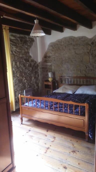 Chambre du bas avec lit 140