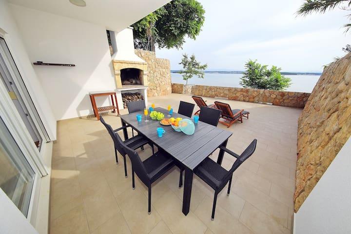 Villa Kona 4*, on the beach