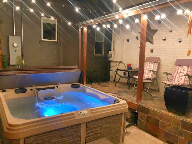 Denver Getaway w/ private hot tub!
