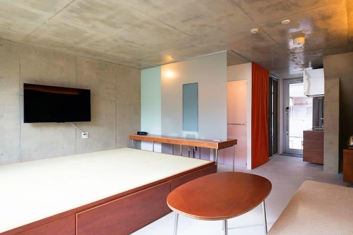 Big TV and Large Tatami Space/ Photo by Kai Nakamura