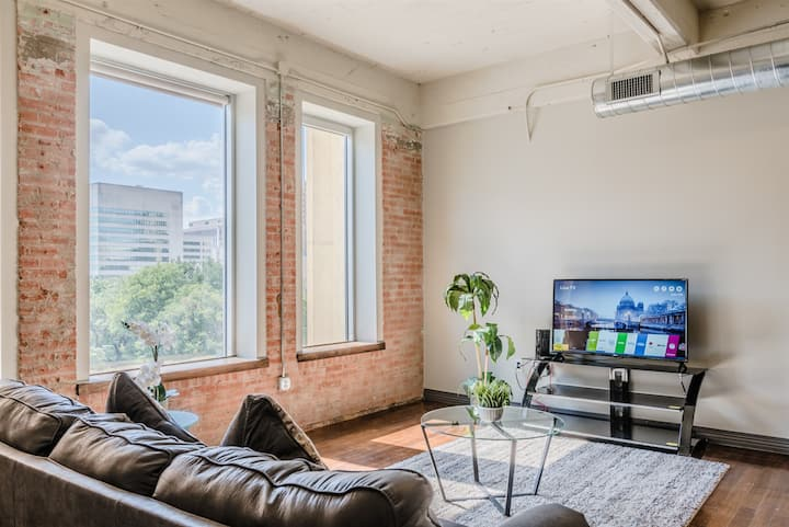Modern and Clean 1BR unit in Downtown Dallas | Free Valet Parking