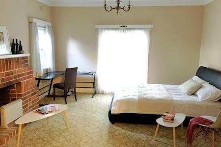 Big Cozy Room -1 min Walk to Station & Shops - Hurstville